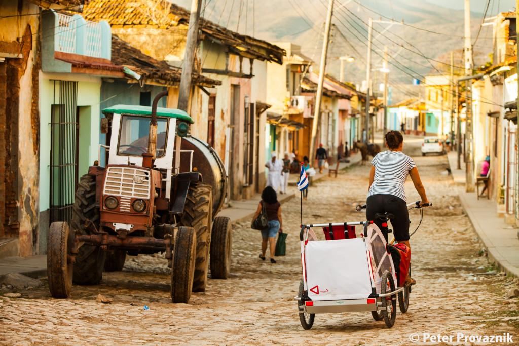 Kuba Reise, Strasse mit Traktor Fahrrad und Kinderanhänger, Foto: Peter Provaznik