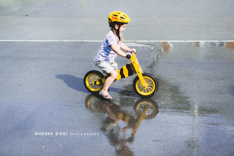 Das ist mein erstes Rad (Laufrad, Anm.). Das Rad hat das Christkind und die Klingel der Osterhase gebracht. Ich fahr' lieber schnell. Ich hab' keine Bremse am Rad, weil ich bremse mit dem Fuß. Die Mama sagt, ich bin ein Tigerenten-Turbo.