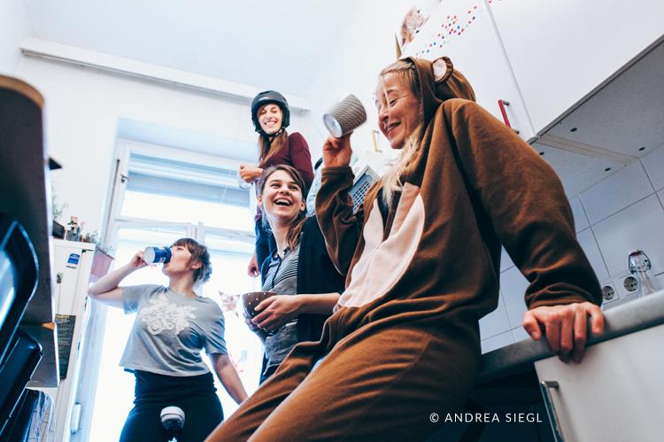 Vier Mädels-WG, Gruppenfoto Küche, Foto: Andrea Siegl