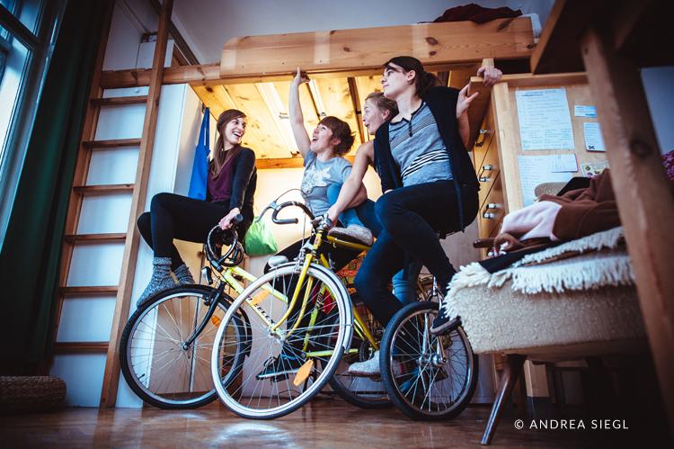 Vier Mädels-WG, Gruppenfoto Zimmer, Foto: Andrea Siegl