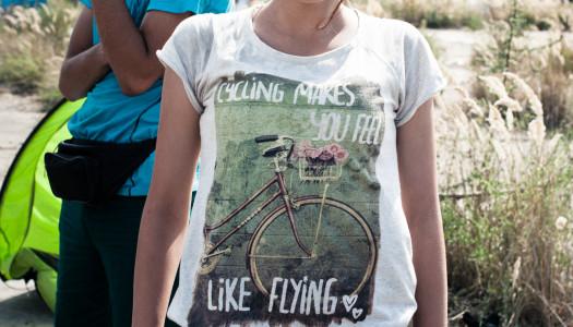 Radfahrende helfen Flüchtlingen