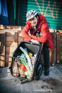 Mario Sedlak nimmt den Trolley auf den Wiener Naschmarkt mit