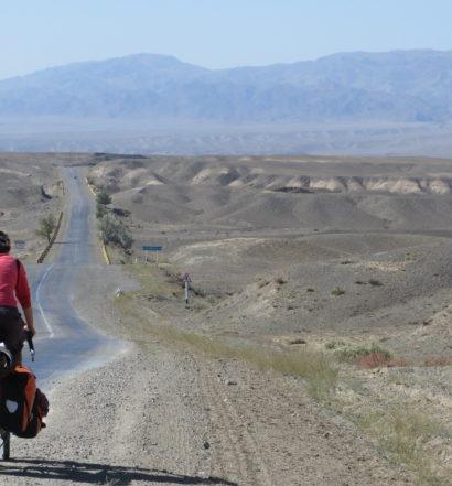 Kazachstan vor Almaty, Bettina, eindrucksvolle Ebene wird von Gebirgszügen durchkreuzt