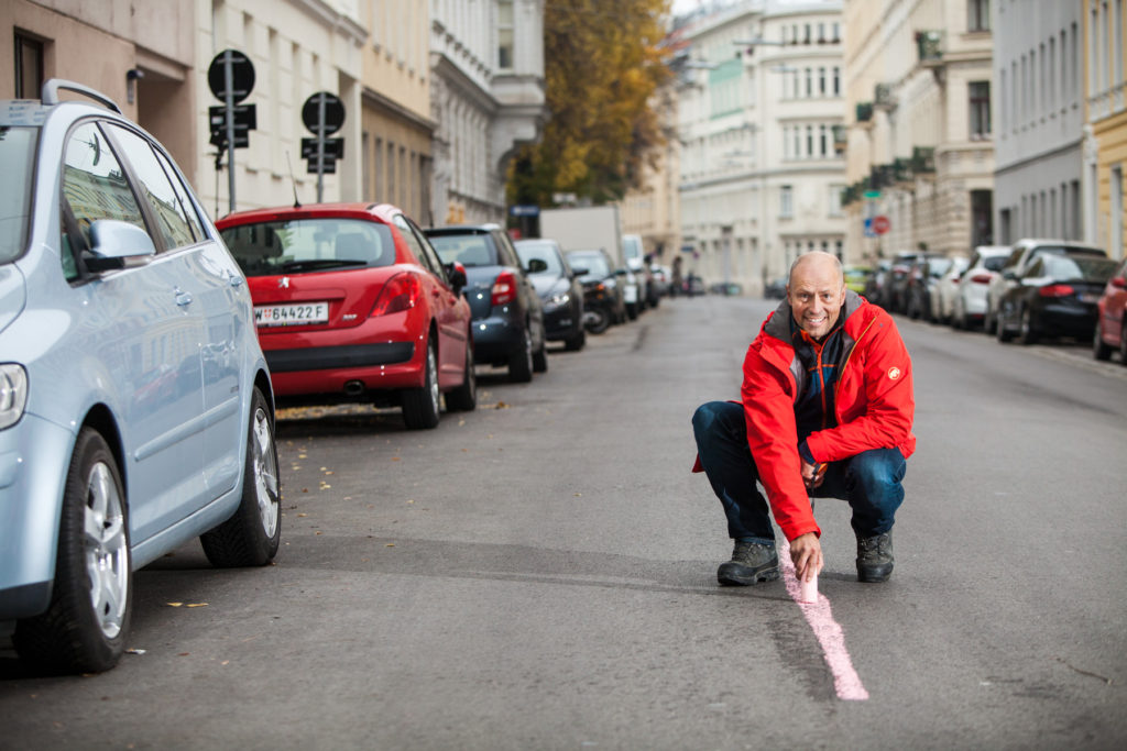 Tilman Wetter zeichnet die ideale Fahrlinie auf den Asphalt. Foto: Peter Provaznik