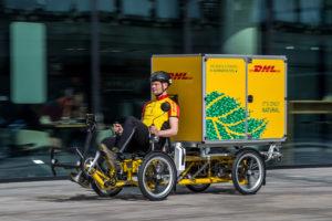 Lastenrad mit Container von DHL. FOTO: DHL / DIEDERIK VAN DER LAAN